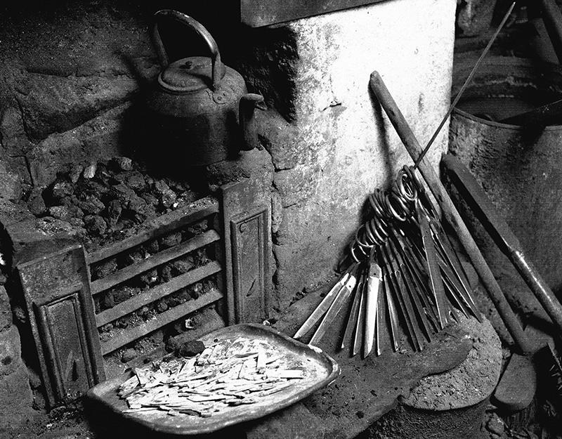 Open coal fire grate with scissors